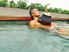 Flávia Alessandra posa na piscina com Otaviano Costa e brinca: 'Um sereio'