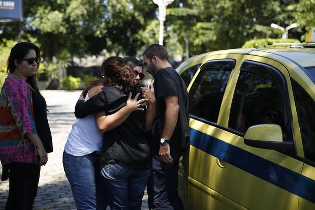 Nicole abraça a mãe e o irmão  (Foto: Marcos Serra Lima / EGO)
