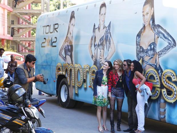 Empreguetes posam com seu ônibus personalizado. Luxo!  (Foto: Cheias de Charme/TV Globo)