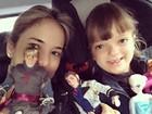 Ticiane Pinheiro leva Rafinha Justus e bonecos da filha para o colégio