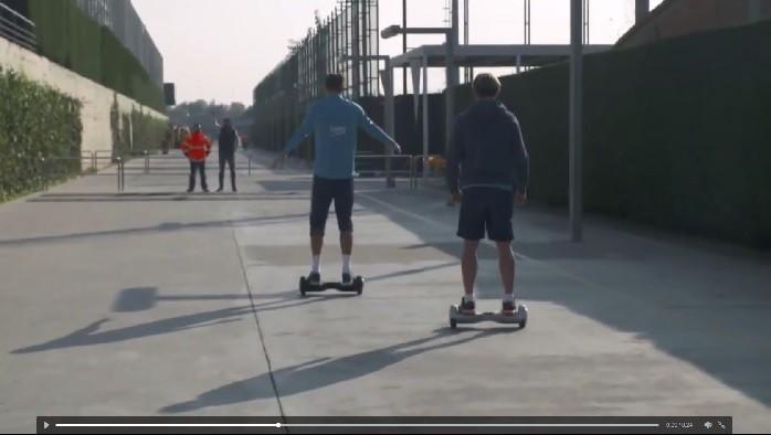 BLOG: Piqué faz corrida de skate elétrico com Rakitic e quase cai