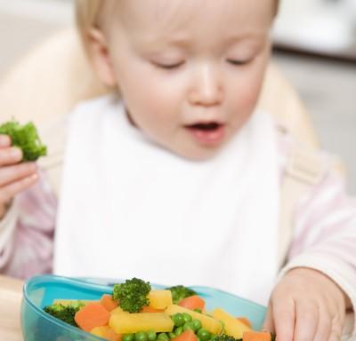 BLW: o bebê pode escolher os alimentos que quer consumir (Foto: Thinkstock)