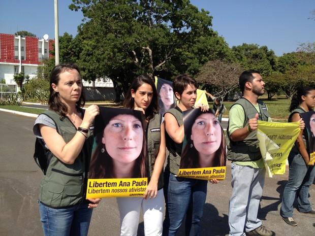 Manifestantes do Greenpeace carregam cartazes com fotos da bióloga brasileira detida (Foto: Luciana Amaral/G1)