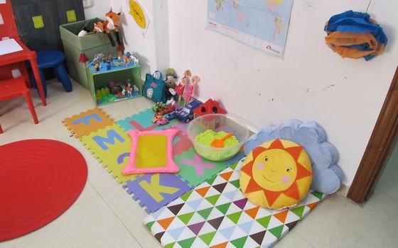 Em Irbid, psicólogas da Médicos sem Fronteiras (MSF) usam brinquedos para ajudar crianças a superar traumas sofridos na Síria e na Jordânia (Foto: Teresa Perosa/ ÉPOCA)