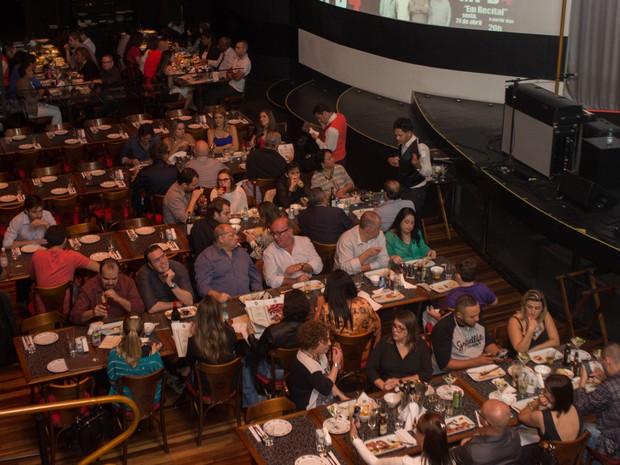 Público janta antes do show de Ed Motta em São Paulo (Foto: Flavio Moraes/G1)