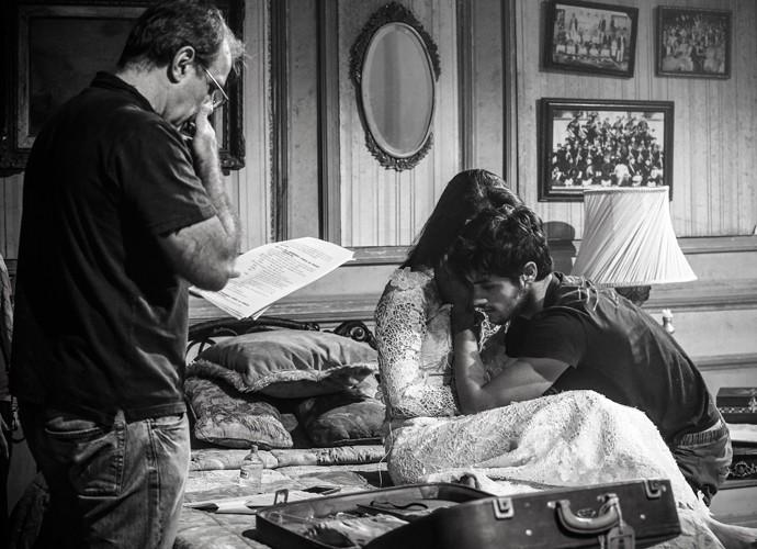 O diretor Marcus Figueiredo passa o texto com Felipe Simas e Anaju Dorigon (Foto: Raphael Dias / Gshow)