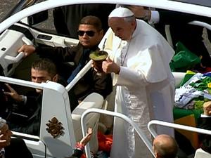 28/7 - Papa Francisco experimenta chimarrão oferecido por um dos fiéis em Copacabana (Foto: Reprodução/Globo News)