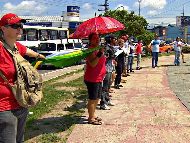 O protesto terminou na Bola do Produtor, onde o grupo formou um círculo (Foto: Reprodução/Rede Amazônica)