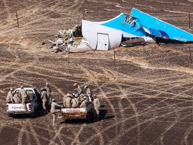 Foto do dia 1º divulgada nesta terça (3) mostra os destroços do avião russo A321 em Wadi al-Zolomat, no Egito. O voo 9268 da companhia Kogalymavia caiu no trajeto de Sharm el-Sheikh para São Petersburgo no sábado (31) matando todas as 224 pessoas a bordo (Foto: Maxim Grigoryev/Ministério de Emergencias da Rússia/via AFP)