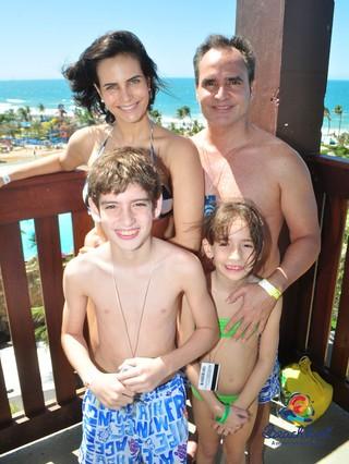 Larissa Costa com o marido, Leonardo, e os enteados Antônio e Anita (Foto: Arquivo Pessoal)