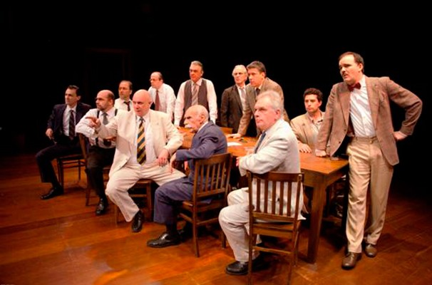 Cena de '12 Homens e uma Sentença': peça tem novo elenco em São Paulo (Foto: Divulgação)