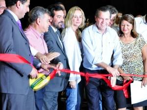 Governador aproveitou inauguração da primeira obra do conjunto do VLT para anunciar primeiros testes, a um mês do prazo. (Foto: Renê Dióz/G1)