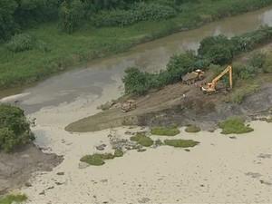 Barragem rompe em Jacareí e despeja rejeitos no Rio Paraíba do Sul (Foto: Reprodução/TV Vanguarda)