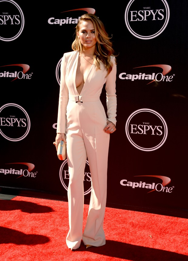 Modelo Christine Teigen em premiação em Los Angeles, nos Estados Unidos (Foto: Jason Merritt/ Getty Images/ AFP)