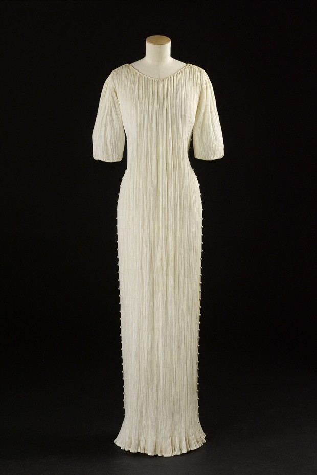 Mariano Fortuny (1871-1949). Robe Delphos. Toile blanche, perles en verre de Murano blanches, jaune et bleues. Ann