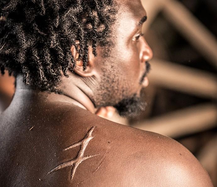 Cicatrizes são feitas com carimbo criado pela equipe de efeitos especiais (Foto: Fabiano Battaglin / Gshow)