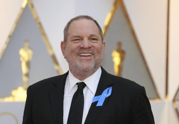 O produtor de cinema Harvey Weinstein caminha pelo tapete vermelho antes da premiação do Oscar em Los Angeles (Foto: Mike Blake/Arquivo/Reuters)