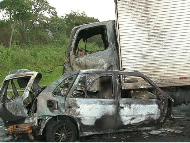 Motorista do caminhão conseguiu sair do caminhão a tempo e não se feriu (Foto: Eduardo Andrade / RPC TV)