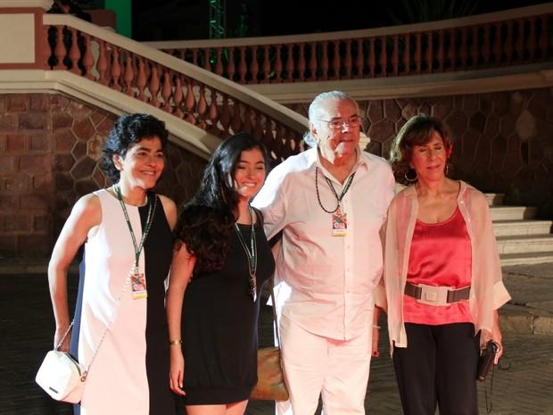 Presidente de honra do Amazonas Film Festival, Zelito Viana, acompanhado da família no tapete vermelho em Manaus (Foto: Tiago Melo/G1 AM)