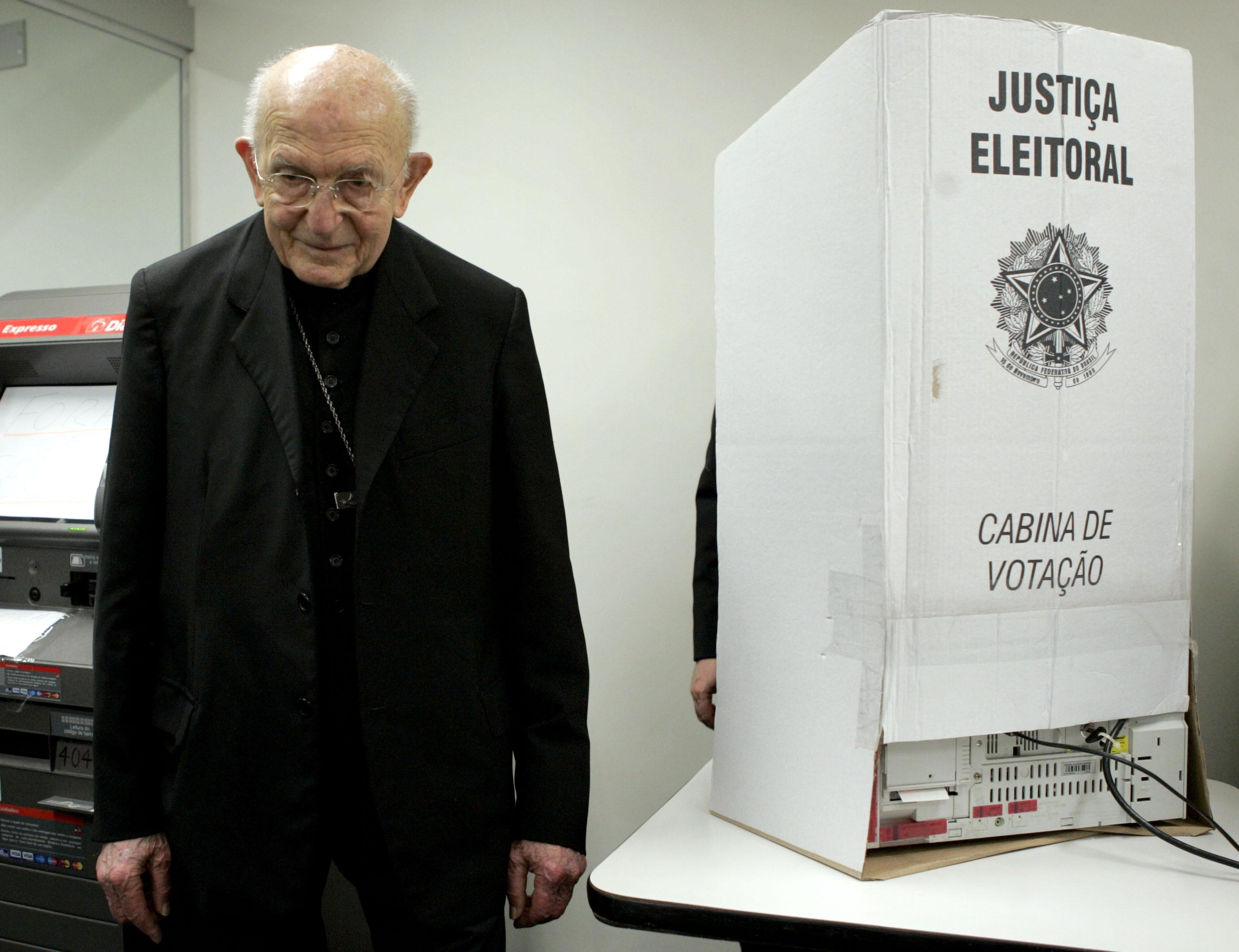 Dom Eugênio Sales é visto após depositar seu voto no 2º turno das eleições de 2010, no bairro da Gloria, na zona sul do Rio de Janeiro. (Foto: Wilton Junior/AE)