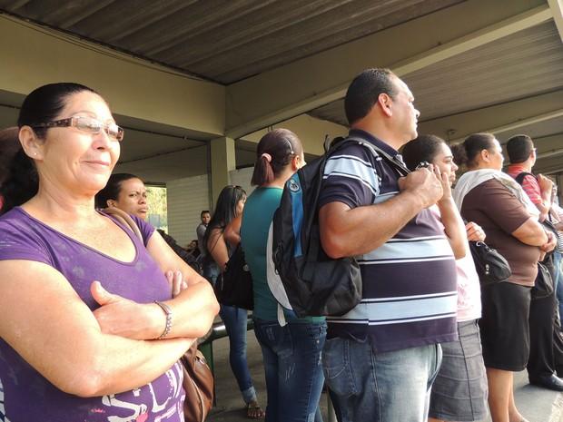 Maria Alves preferiu esperar o próximo ônibus, por causa da lotação.  (Foto: Katherine Coutinho / G1)