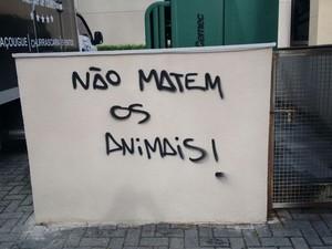 Vândalos picharam fachada do estabelecimento (Foto: Arquivo pessoal/Bruno Alvarenga)