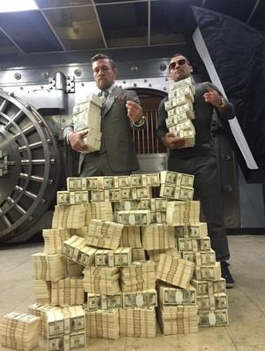 Conor McGregor e pilha de dinheiro