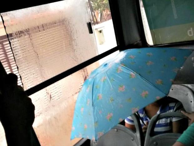 Internauta flagra mulher usando guarda-chuva dentro de ônibus sem janela, em Rio Branco (Foto: Kézio Araújo/Arquivo pessoal)
