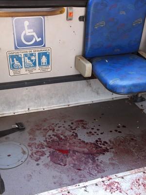 Sangue no interior do ônibus alvo de assalto em São Luís (Foto: Biné Morais / O Estado)