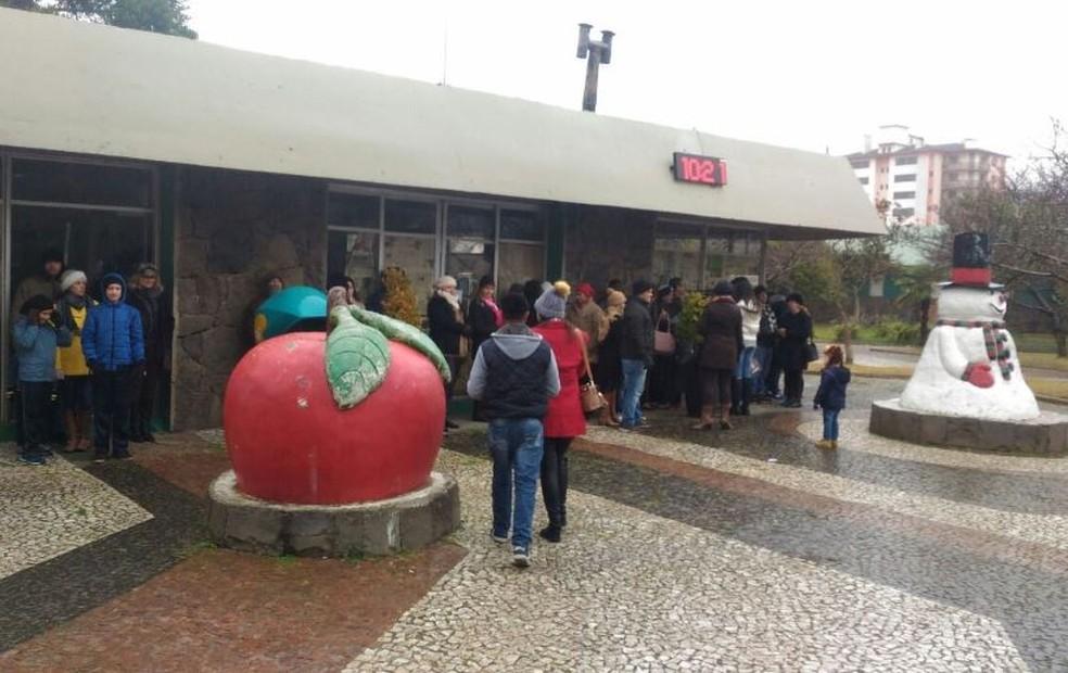 Moradores e turistas esperavam pela neve na manhã desta segunda-feira em São Joaquim (Foto: Wagner Urbano/Divulgação)