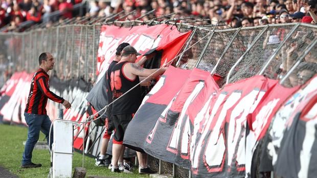 Confusão torcida Atlético-PR x Coritiba (Foto: Geraldo Bubniak / Agência Estado)