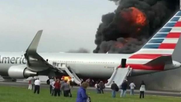 Motor de uma aeronave da American Airlines pegou fogo quando estava prestes a decolar do aeroporto O'Hare, em Chicago (Foto: Reprodução/CNN)