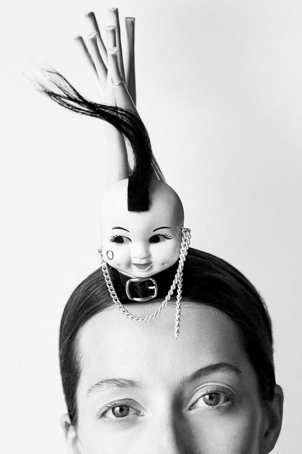 'Myra': A Mohican in plastic and yak fur, from the Stephen Jones 'Poseur' collection, Autumn/Winter 2003. Styling by Mattias Karlsson (Foto: BEN TOMS)