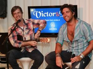 Victor e Leo na Som Livre (Foto: Isac Luz/EGO)