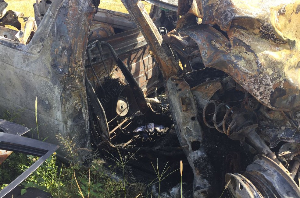 Passageiro, de 66 anos, não conseguiu deixar o carro e morreu no local (Foto: Claudinei Troiano/TV Fronteira)