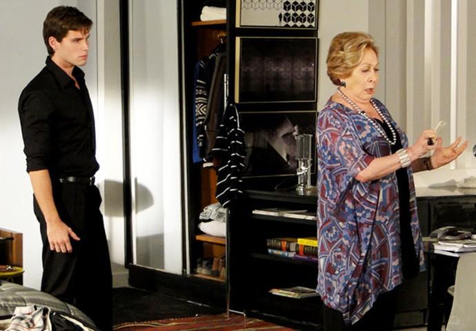 Conrado está prestes a sair de casa quando recebe uma mensagem da Cida (Foto: TV Globo)