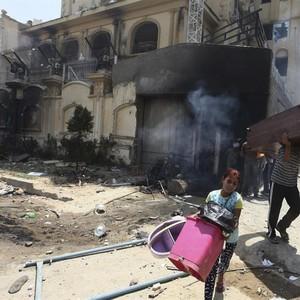 Manifestantes saqueiam a sede do partido da Irmandade Muçulmana, na capital Cairo, no Egito. Pelo menos 18 pessoas morreram em protestos violentos que pressionam a renúncia do presidente Mouhamed Mursi (Foto: EFE/Khaled Elfiqi)