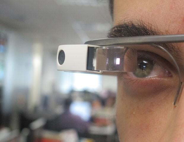 Informações aparecem diretamente em uma tela no olho do usuário do Glass, dispensando o uso do smartphone (Foto: Gustavo Petró/G1)