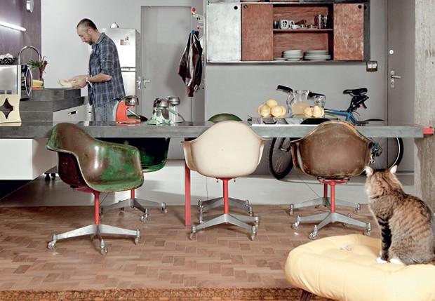 As cadeiras Eames foram garimpadas e reformadas por Sandro. Hoje, ocupam lugar de honra no balcão da cozinha (Foto: Casa e Jardim)