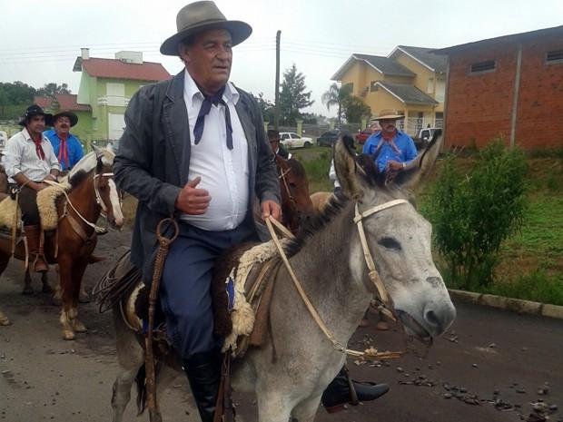 Prefeito chegou para a posse montado em um burro em Passa Sete (Foto: Tiago Guedes/RBS TV)
