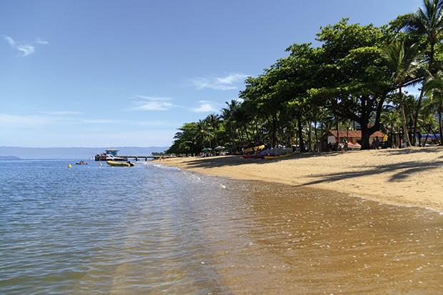 Mesmo urbana, a praia do perequê conserva a natureza nativa. (Foto: Thinkstock)