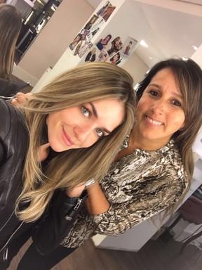 Monique Alfradique e a cabeleireira Rosângela Araújo, responsável por sua transformação (Foto: Arquivo pessoal)