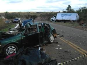 Carro ficou destruído no acidente (Foto: Polícia Rodoviária Estadual)