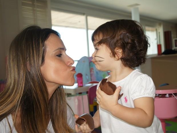 Fernanda Pontes com sua filha na Páscoa (Foto: Flor do Caribe / TV Globo)