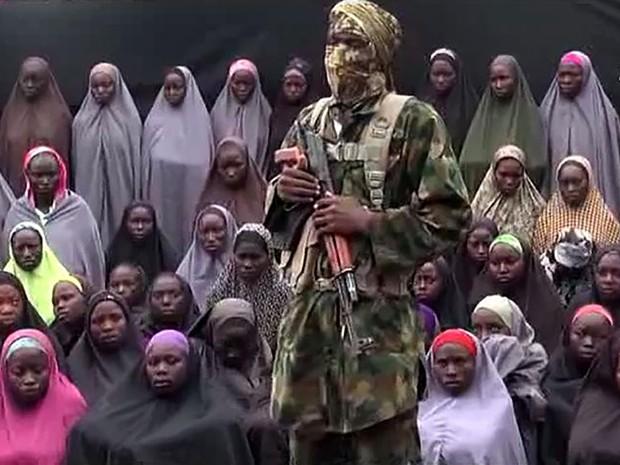 Reprodução de vídeo, divulgado em 14 de agosto, mostra militante do Boko Haram com meninas que foram sequestradas em escola de Chibok (Foto: AFP)