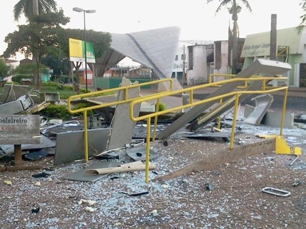 Corrimão ficou intacto mesmo com a força da explosão do caixa eletrônico (Foto: Allysson Maruyama / TV Tem)