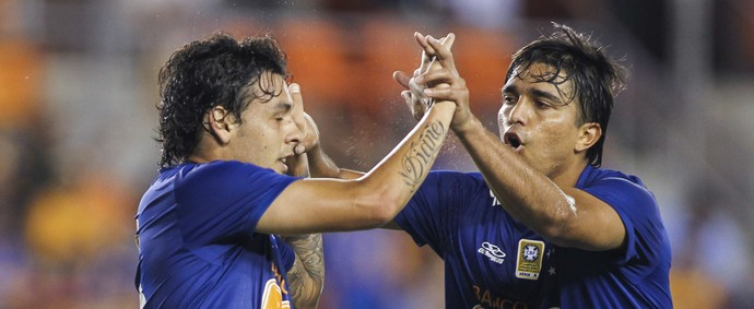 Ricardo Goulart e Marcelo Moreno, do Cruzeiro na partida contra o Tigres-MEX (Foto: Troy Taormina / Light Press)