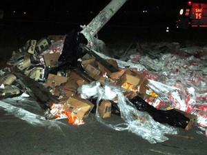 Carga de farinha se espalhou no local do acidente (Foto: Fabio Pereira/Portal Process)