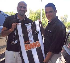 Verón recebe camisa autografada de R10 (Foto:  CAE/divulgação)