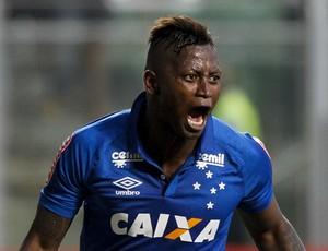 Riascos comemora primeiro gol com a camisa do Cruzeiro e vitória no clássico (Foto: Light Press)